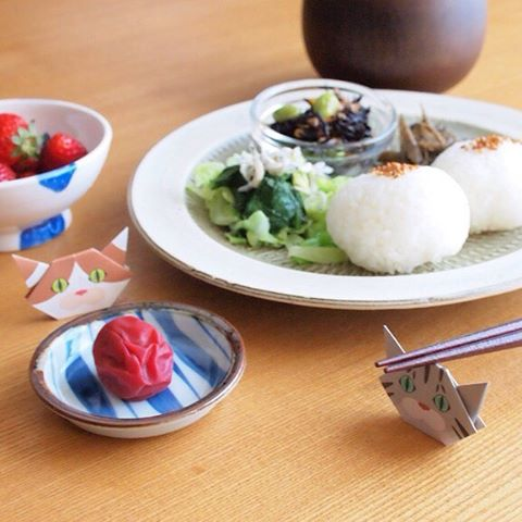 """Welcoming your guests with Catchy mini cat Origami.Fun meal time with Cat origami!Minis are perfect size for chopstick rests.:折り紙で作るかわいいおもてなし♪猫達と楽しいご飯タイム!ミニ折り紙は「箸置き」にちょうどいいサイズ。:☞Check out """"Catchy-boutique"""" in our URL☞Follow: @catchyboutique☞tag: #catchy222 toshare your photo with catchy goods:#origami #折り紙 #cat #neko #ねこ #ネコ"""