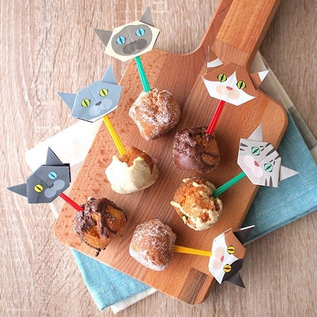 """Donuts party!Cat picks make any foods so pretty!みんなでドーナッツパーティ!猫ピックがあるだけで、パーティー気分♪This DIY idea is one of the Catchy team's favorites!スタッフ一押しのアレンジです。:☞Check out """"Catchy-boutique"""" in our URL☞Follow: @catchyboutique☞tag: #catchy222 toshare your photo with catchy goods:#origami #折り紙 #cat #neko #ねこ #ネコ"""
